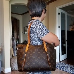 Authentic Louis Vuitton Totally Monogram Tote Shou
